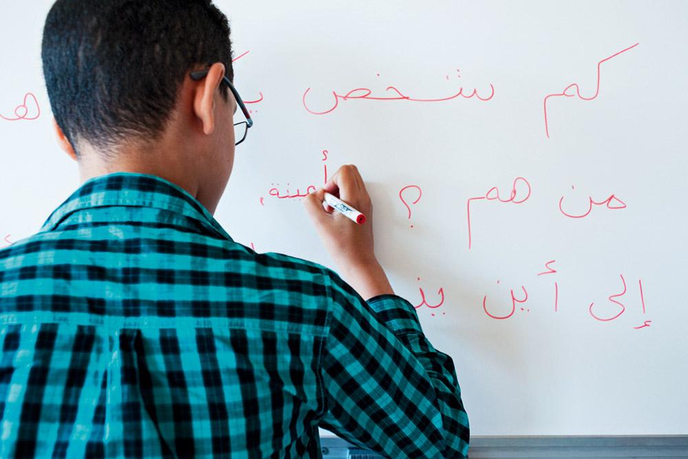 Homme d affaires arabe à son bureau de la maison en utilisant un